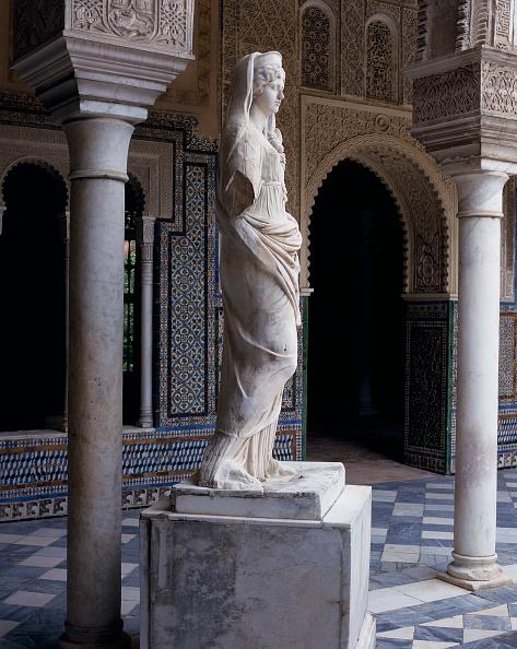 Tiled Floor「Statue in hallway with pillars and doorway」:写真・画像(9)[壁紙.com]