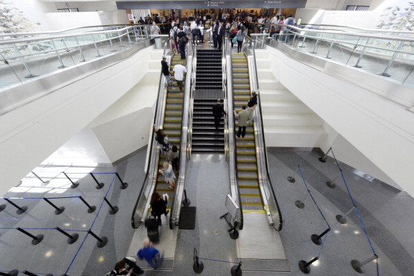 LAX Airport「Travelers Use Los Angeles International Airport Day After Shooting Killed One TSA Agent」:写真・画像(7)[壁紙.com]
