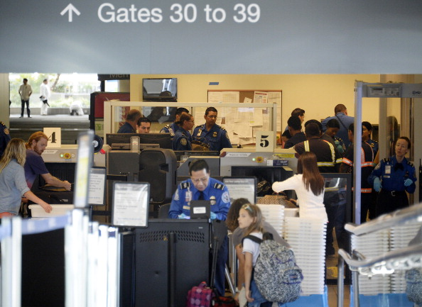 LAX Airport「Travelers Use Los Angeles International Airport Day After Shooting Killed One TSA Agent」:写真・画像(3)[壁紙.com]