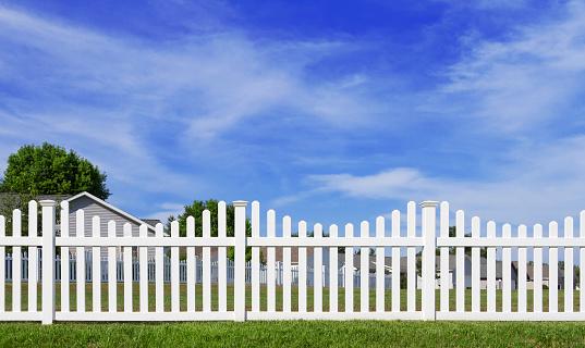 柵「ホワイトのビニールフェンス、ブルースカイ」:スマホ壁紙(12)