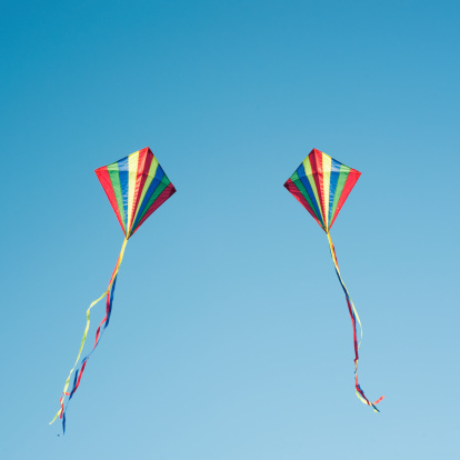 Two Objects「Two colourful kites flying in blue sky」:スマホ壁紙(9)