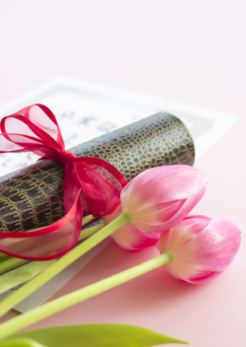 Graduation「Certificate and tulips」:スマホ壁紙(17)