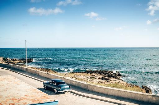 Avenue「Old vintage car driving along coastline, Cuba」:スマホ壁紙(4)