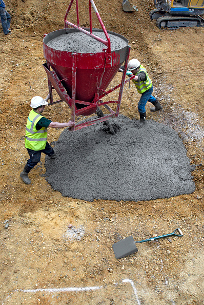 Concrete「Workers pouring concrete for foundations.」:写真・画像(2)[壁紙.com]