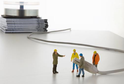Figurine「work men miniatures holding computer cable」:スマホ壁紙(3)