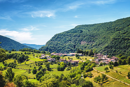 Auvergne-Rhône-Alpes「Awesome landscape view of small old French village in circle shape in valley of Bugey mountains in Ain」:スマホ壁紙(18)