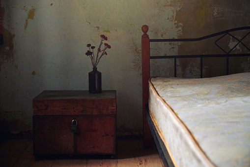 19th Century「Vintage interior with bed and wooden trunk. Nicely fits for book cover」:スマホ壁紙(5)