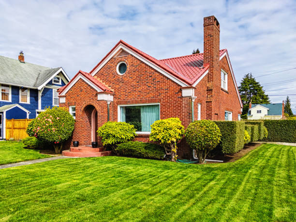 Small Red Brick House with Green Grass:スマホ壁紙(壁紙.com)