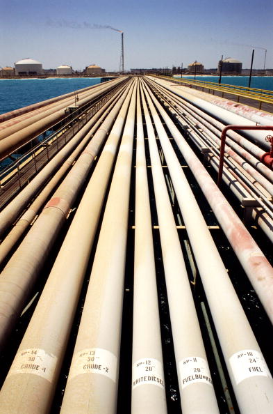 Dhahran「Crude oil pipeline, Dharan refinery in background」:写真・画像(9)[壁紙.com]