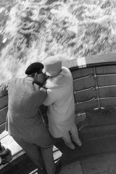 Unrecognizable Person「Kissing couple at the ship's rail. Photograph. Around 1930.」:写真・画像(17)[壁紙.com]