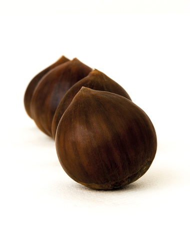 栗「Four chestnuts on white background」:スマホ壁紙(9)