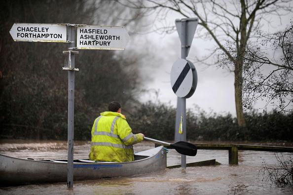 Oar「Man canoeing past signs during floods, Gloucestershire, UK, 2007」:写真・画像(11)[壁紙.com]