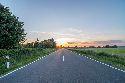 Country Road「Germany, Lower Saxony, Peine, Country road at sunset」:スマホ壁紙(3)