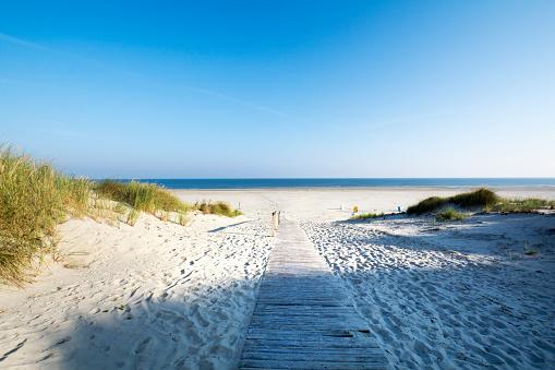 Outdoor Chair「Germany, Lower Saxony, East Frisian Island, Juist, dune and beach landscape」:スマホ壁紙(5)