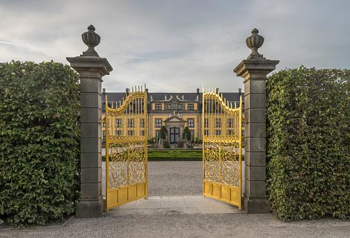 Baroque Style「Germany, Lower Saxony, Hanover, Herrenhaeuser Gaerten, Orangenparterre, Galery in the background, Golden Gate」:スマホ壁紙(0)