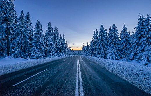 Lower Saxony「Germany, Lower Saxony, Harz National Park, road in winter」:スマホ壁紙(10)