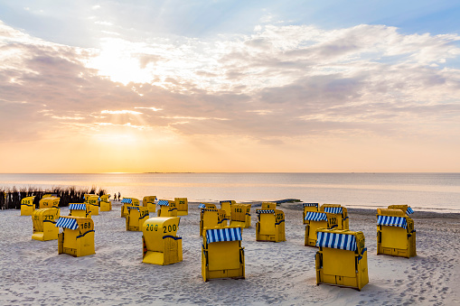 Annual Event「Germany, Lower Saxony, Cuxhaven, Duhnen, beach with hooded beach chairs at sunrise」:スマホ壁紙(5)