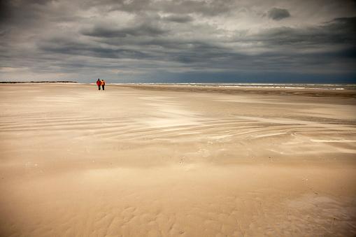 Couple - Relationship「Germany, Lower Saxony, Eastern Friesland, Spiekeroog, couple having a walk at the low tide」:スマホ壁紙(16)