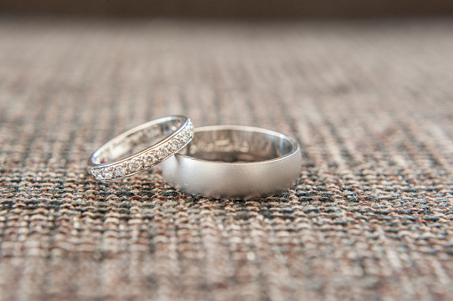 Two Objects「Wedding and engagement rings」:スマホ壁紙(14)