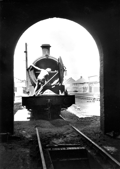 Snow Vehicle「Shovelling hot ashes from the smoke box of a former a LNER Q6  0-8-0 at West Hartlepool depot in the mid 1960s.」:写真・画像(11)[壁紙.com]