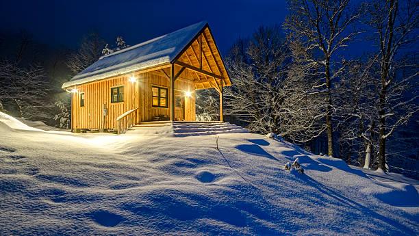 Rustic cabin in winter blizzard snowstorm at night:スマホ壁紙(壁紙.com)