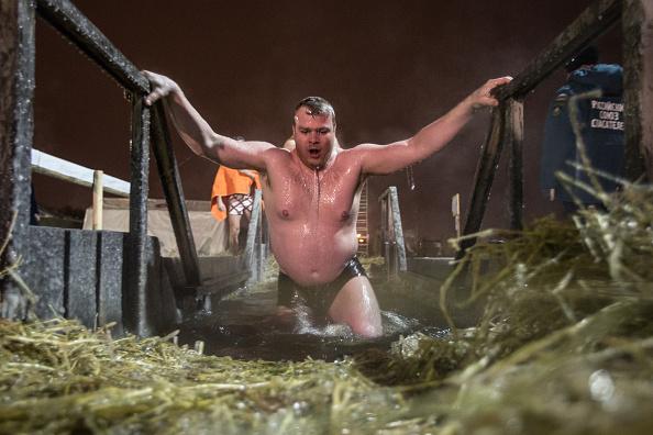 Taking a Bath「Russian Orthodox Celebrate Epiphany In Siberia」:写真・画像(9)[壁紙.com]