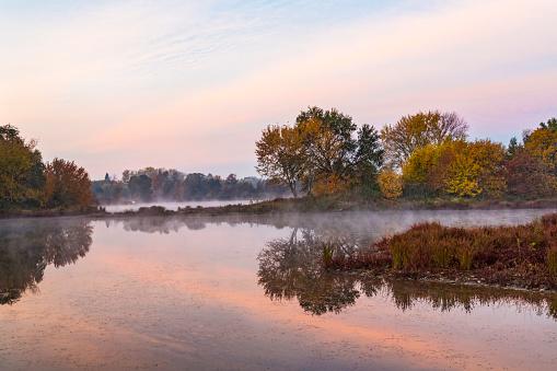 アメリカン川「Backwater lagoon of American River in autumn, Sacramento, California, USA」:スマホ壁紙(2)