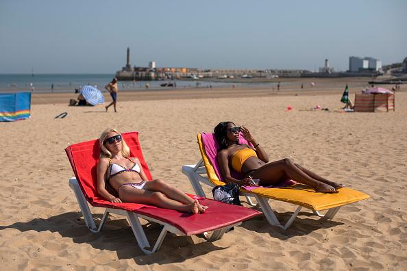 Sunbathing「Met Office Issue Weather Warning As Temperatures Soar Across The UK」:写真・画像(19)[壁紙.com]