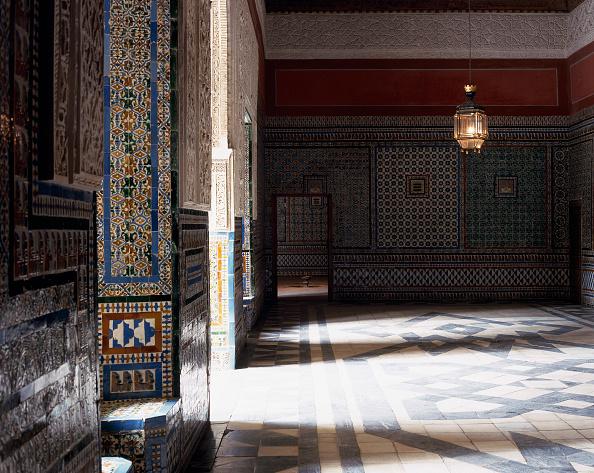 Tradition「Hallway with tile flooring and pendant lights」:写真・画像(18)[壁紙.com]