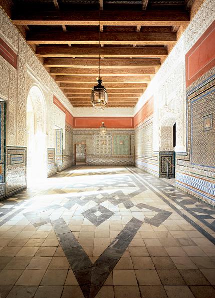 Tiled Floor「Hallway with tile flooring and pendant light」:写真・画像(19)[壁紙.com]