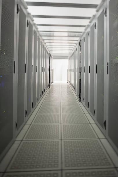 Hallway with a row of servers:スマホ壁紙(壁紙.com)