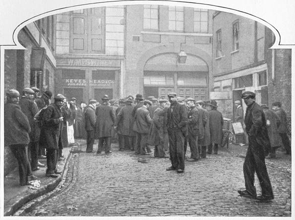 Kitchen「Outside a soup kitchen, Gray's Yard, Marylebone, London, c1903 (1903)」:写真・画像(13)[壁紙.com]