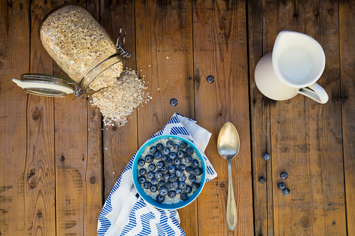 Oats - Food「Bowl of overnight oats with blueberries on wood」:スマホ壁紙(7)