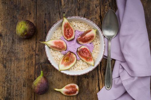 イチジク「Bowl of overnight oats with blueberry yoghurt and figs on wood」:スマホ壁紙(19)