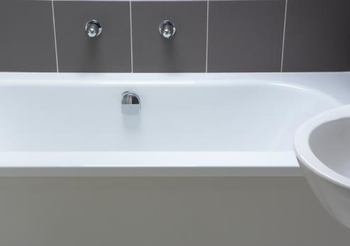Routine「Empty bathtub beside sink」:スマホ壁紙(4)