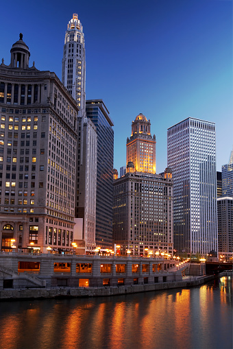 Avenue「Chicago river illuminated by city lights in late afternoon」:スマホ壁紙(9)