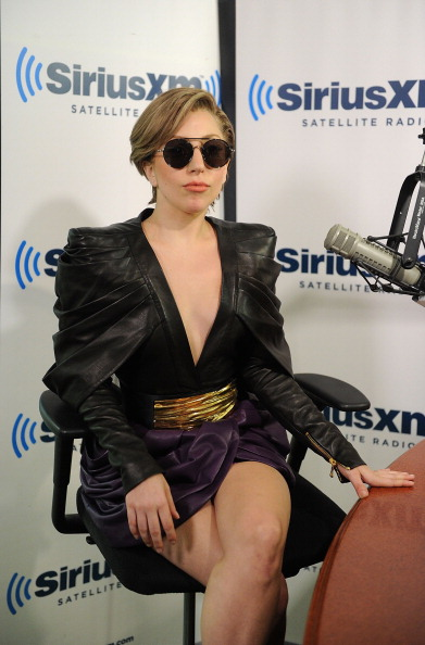 Two-Toned Dress「Lady Gaga Visits SiriusXM」:写真・画像(5)[壁紙.com]