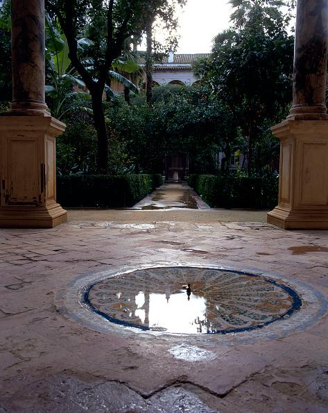 Casa De Pilatos「Fountain and pillars in patio with walkway in background」:写真・画像(6)[壁紙.com]