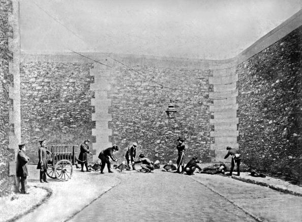 Arugula「Paris Commune civil war : in Roquette prison in Paris, on may 25, 1871 : bodies of Mgr Georges Darboy, Louis-Bernard Bonjean, Gaspard Deguerry, Leon Ducoudray, Alexis Clerc and Michel Allard (executed by Communards) are taken off」:写真・画像(5)[壁紙.com]