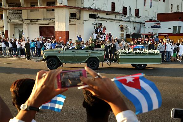 Holding「Fidel Castro's Remains Travel Across Cuba Ahead Of His Burial」:写真・画像(13)[壁紙.com]