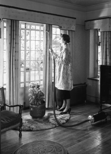Curtain「Vacuuming Curtains」:写真・画像(1)[壁紙.com]