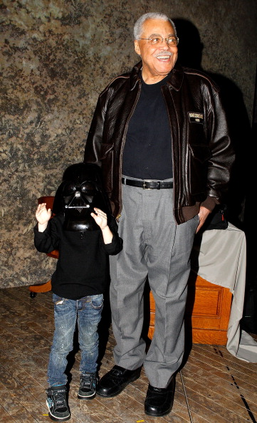 Star Wars Series「Little Darth Vader Max Page Meets The Original Darth Vader James Earl Jones」:写真・画像(13)[壁紙.com]
