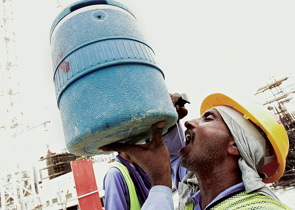 Mid Adult「Working drinking water at construcion site. Palm Jumeirah, Atlantis Project, Dubai, United Arab Emirates, July 24, 2006.」:写真・画像(17)[壁紙.com]