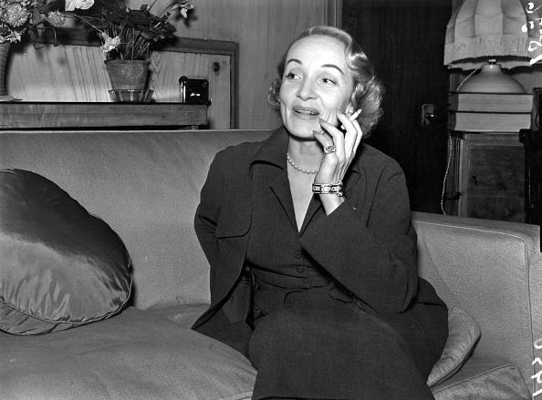Marlene Dietrich「Dietrich Smoking」:写真・画像(4)[壁紙.com]