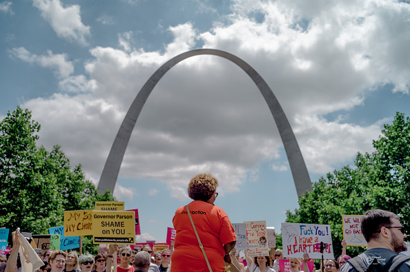 Missouri「Planned Parenthood Holds Rally To Protest Closure Of Last Abortion Clinic In Missouri」:写真・画像(3)[壁紙.com]