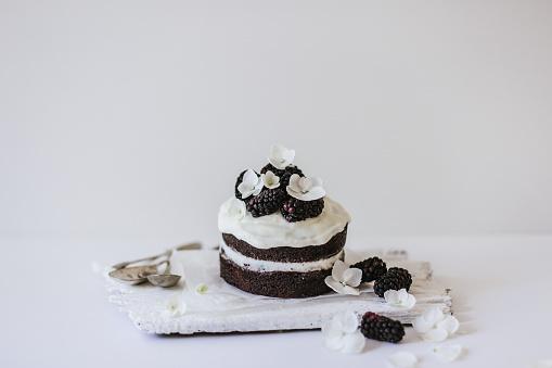チョコレート「Chocolate sponge cake with blackberries and flower decorations」:スマホ壁紙(8)