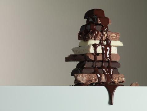 チョコレート「チョコレートシロップのしずくを 1 スタックのチョコレートバー」:スマホ壁紙(1)