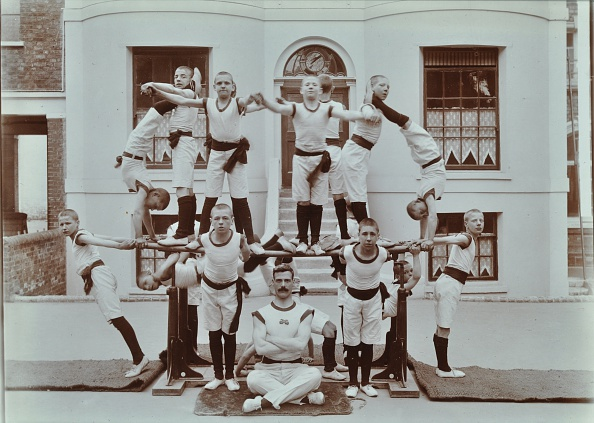 Boys「Gymnastics Display At The Boys Home Industrial School, London, 1900」:写真・画像(3)[壁紙.com]
