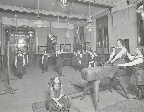 あん馬「Gymnastics Lesson, Laxon Street Evening Institute For Women, London, 1914. Artist: Unknown.」:写真・画像(10)[壁紙.com]