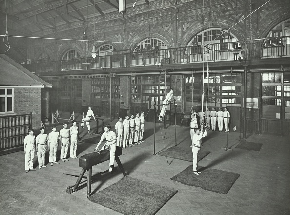 あん馬「Gymnastics By Male Students, School Of Building, Brixton, London, 1914. .」:写真・画像(11)[壁紙.com]